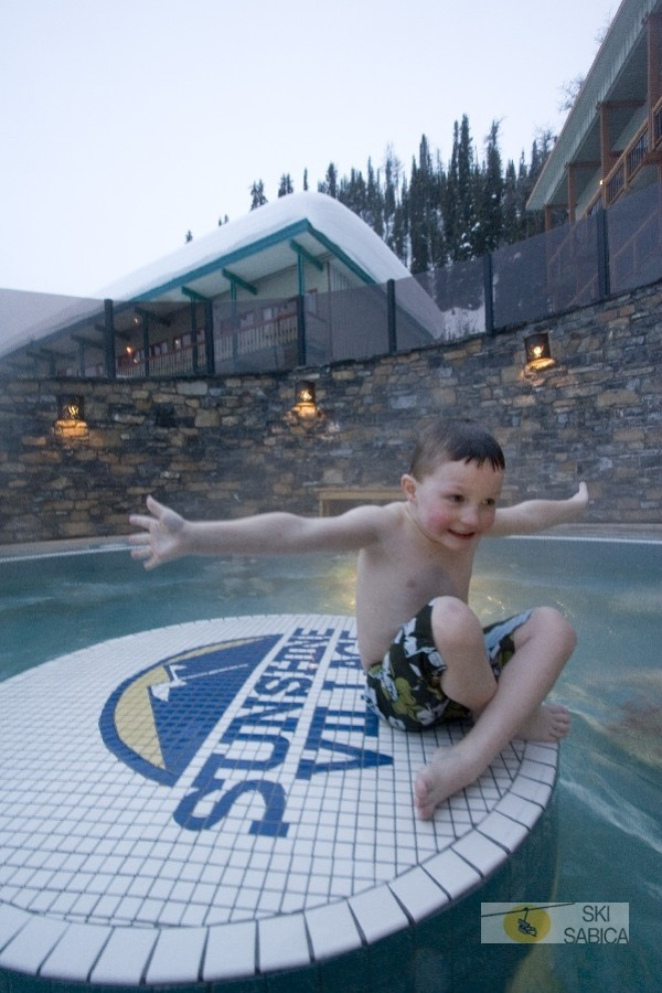 Sunshine Mountain Lodge. Jacuzzi.