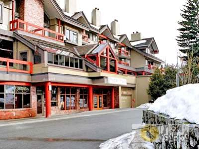 Whistler Village Inn. Vista exterior.