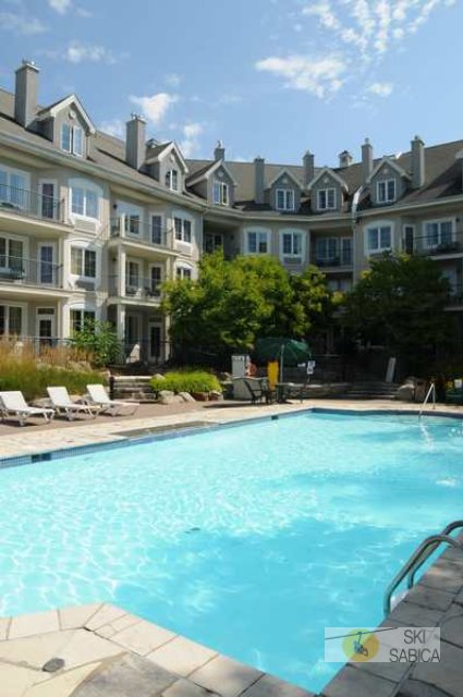 Hotel Les Suites Tremblant- Country Inn & Suites by Carlson. Piscina.